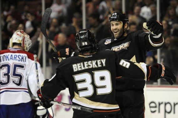 Daniel Winnik des Ducks célèbre son but marqué en 2e période avec Matt Beleskey (Photo Kelvin Kuo, USA Today Sports)