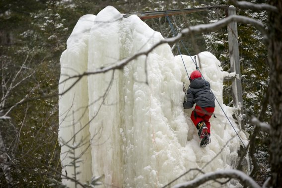 Le mur d'escalade sur glace fera le bonheur des enfants. (Photo David Boily, La Presse)