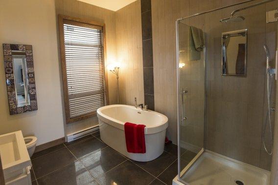 Dans la salle de bains, le cadre de la fenêtre est aussi en bois. (Photo Olivier Pontbriand, La Presse)