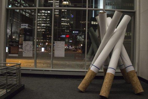 Placé dans l'édifice Westcliff, le tipi créé à partir de cigarettes géantes «Signaux de fumée» est une oeuvre de Mike Patten évoquant la vente de tabac sur les réserves et la culture autochtone qui part en fumée. (Photo: Mathieu Waddell, La Presse)