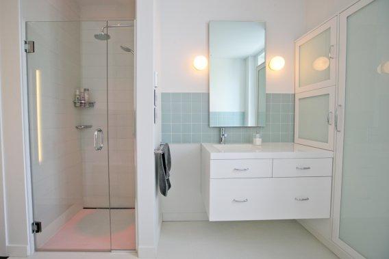 La couleur choisie pour la céramique a étonné les poseurs, peu habitués à voir un tel coloris. Pourtant le choix est conforme au style et imprègne la pièce de douceur. Le miroir n'est pas banal: il devient téléviseur! Le designer Jean-Pierre Viau a insisté pour que le meuble lavabo «flotte». On aime. (PHOTO DAVID BOILY, LA PRESSE)