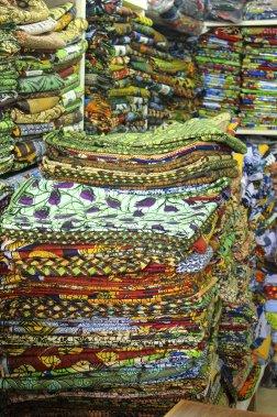 Des kangas, tissus colorés portés par les femmes un peu partout en Afrique de l'Est. (PHOTO ÉMILIE CLAVEL, COLLABORATION SPÉCIALE)
