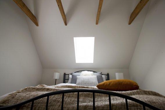 Avec un lit champêtre et des poutres qui ont fière allure, le travail de home staging insuffle un air rustique à la chambre à coucher. (Photo Alain Roberge, La Presse)