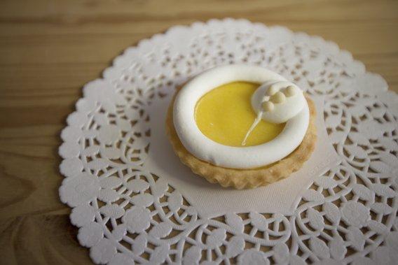 Pâte sucrée, crème citron montée au beurre et meringue suisse: c'est la tartelette au citron de Mlle Gâteaux. (Photo Ivanoh Demers, La Presse)