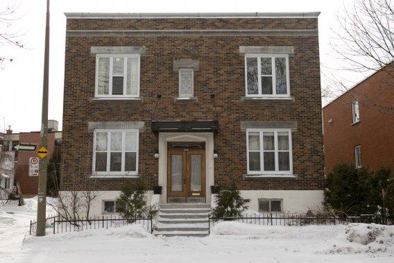 L'immeuble comprenait à l'origine quatre logements; tout le rez-de-chaussée a été transformé pour devenir une seule copropriété indivise. Sur le côté droit, un petit jardin et une terrasse; à l'arrière, un autre patio, un espace de stationnement et un garage. (Photo David Boily, La Presse)