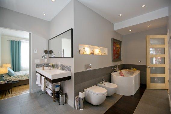 Le réaménagement des lieux a amené la création de cette spacieuse salle de bains qui loge aussi une très grande douche. Le plancher ayant du être surélevé pour cause de dénivellation excessive a permis l'installation d'un chauffage radiant sous la céramique. (Photo David Boily, La Presse)
