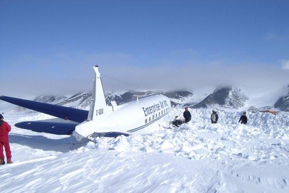 «En route pour l'escalade du mont Vinson (le plus haut sommet de l'Antarctique, avec 4892 mètres), on rencontre dans l'avion trois types engagés pour en réparer un autre qui s'était écrasé sur la piste. Quand on est revenus, six semaines plus tard, l'avion était presque réparé, on n'est revenait pas!» (Photo fournie par Bruno Rodi)