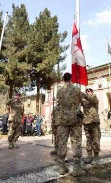 La descente du drapeau canadien à Kaboul le 12 mars dernier. (Reuters)