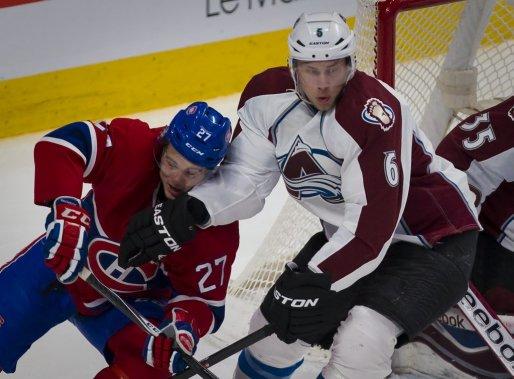 Alex Galchenyuk en mauvaise posture face à Erik Johnson. (André Pichette, La Presse)