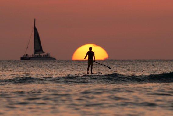 Coucher de soleil sur la plage de Waikiki, à Honolulu. (Photo Carolyn Kaster, AP)