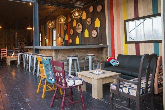 L'esprit néotrad de l'érablière a été mis en valeur à La Cabane, dans le Vieux-Port de Montréal. L'équipe créative du décor de l'endroit comprend, notamment, Lëa-Valérie Létourneau et Marilyne Roy. (Photo fournie par Simon Lebrun)