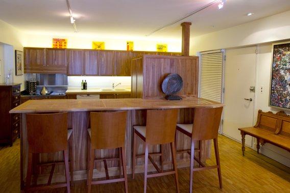 La cuisine est la seule pièce, avec une salle de bains, qui a vraiment fait l'objet d'une rénovation importante. Amoureux de la nature et du beau, le propriétaire a choisi de faire ses armoires en cerisier d'automne, une espèce indigène. Pour le plan de travail, il a choisi des carreaux de marbre insérés dans des baguettes d'érable piqué. Un mur a été enlevé pour permettre de communiquer avec la salle... (Photo Alain Roberge, La Presse)