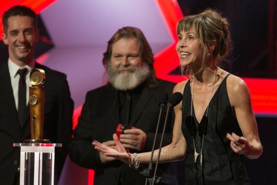 Louise Archambault reçoit le prix du Meilleur scénario pour Gabrielle. L'auteur Claude Robinson lui a remis le trophée. Elle a ensuite remporté le prix pour la Meilleure réalisation pour le même film. (PHOTO HUGO-SÉBASTIEN AUBERT, LA PRESSE)