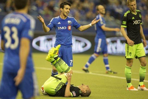 Felipe plaide sa cause auprès de l'arbitre après une collision avec Osvaldo Alonso. (Photo Robert Skinner, La Presse)