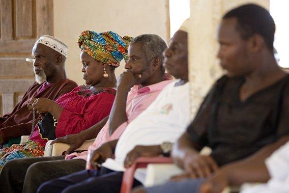 À Malama, des membres influents de la communauté se réunissent pour discuter des projets de développement de Sime Darby à l'occasion du passage de La Presse. (Photo David Boily, La Presse)