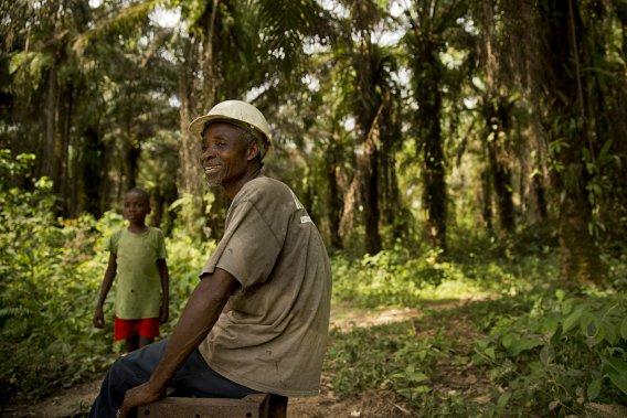 Joseph Cheo Johnson, qui prend la pose devant ses palmiers, affirme que les visées des entreprises internationales sur les terres libériennes risquent de créer d'importantes tensions. (Photo David Boily, La Presse)