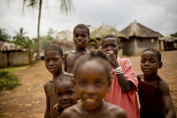 Des enfants du village de Qwarkpojilan, qui figure au cœur d'une zone à l'est de Monrovia où l'Equatorial Palm Oil veut exploiter de nouvelles terres en vue de produire de l'huile de palme. (Photo David Boily, La Presse)
