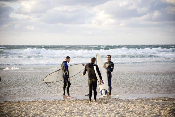 Leçons de surf sur la plage de Tel-Aviv. (Photo Simon Coutu, collaboration spéciale)