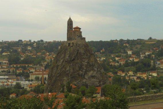 Jour 1: Départ de Puy-en-Velay avec, en son centre, un rocher où trône la chapelle médiévale de Saint-Michel-d'Aiguilhe. (Photo Sarah-Émilie Nault, collaboration spéciale)