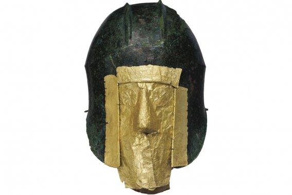 Casque en bronze et masque mortuaire en or provenant d'une tombe de guerrier macédonien découverte sur le site d'Archontiko. (Photo: fournie par le musée Pointe-à-Callière)