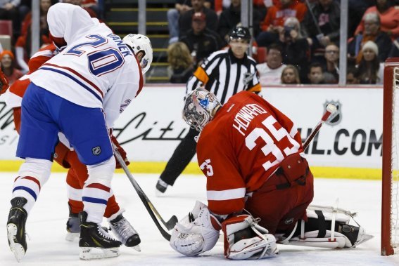 Jimmy Howard tente de résister aux assauts de l'attaque montréalaise. (Photo USA TODAY Sports)