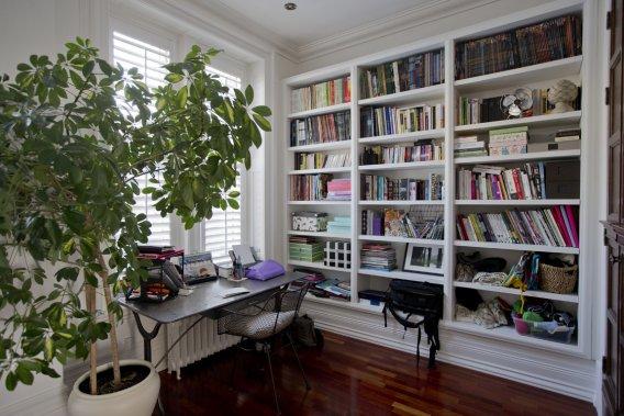 À l'avant de la maison, dès l'entrée, un bureau où une bibliothèque a été faite sur mesure: on a apporté beaucoup de soin (et de moyens) aux travaux d'ébénisterie, ce qui donne une cohérence architecturale à l'ensemble. On a conservé les radiateurs à l'eau encore fonctionnels. (PHOTO DAVID BOILY, LA PRESSE)