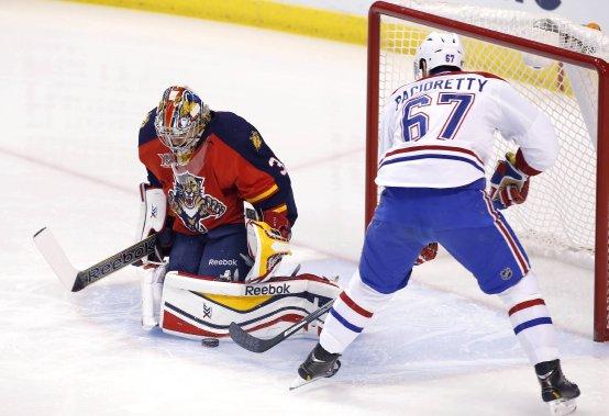 Le gardien des Panthers Dan Ellis stoppe l'attaque de Max Pacioretty. (Photo Robert Mayer, USA Today)
