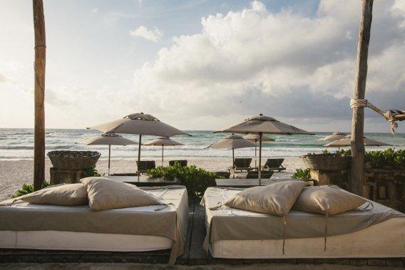 Des matelas posés sur la plage sont mis à disposition des clients de l'hôtel. Détente assurée. (Photo fournie par le Coqui Coqui)