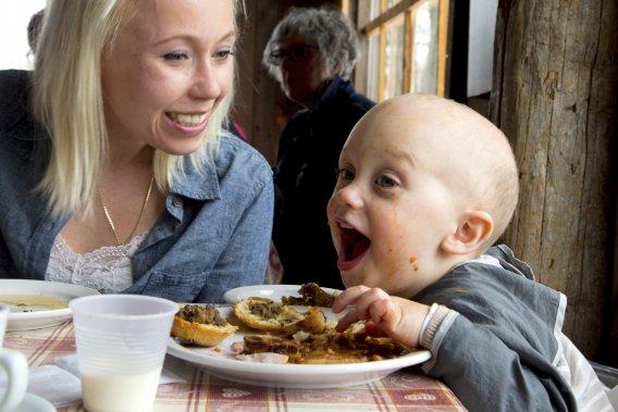 Agnieszka Aleszkiewicz et son fils Leo McDernid semblent apprécier leur repas à la P'tite cabane d'la côte. (Photo Alain Roberge, La Presse)