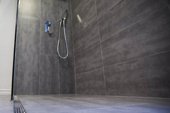 Le plancher de la douche, recouvert de la même céramique que celui de la salle de bain, a une légère pente afin que l'eau s'écoule dans le drain longiligne. (Photo Olivier Pontbriand, La Presse)