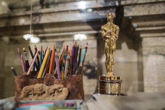 L'Oscar gagné en 1987 par Frédéric Back pour son film d'animation «L'homme qui plantait des arbres» est présenté près de ses précieux crayons de couleur. (Photo: Édouard Plante-Fréchette, La Presse)