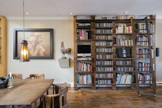 La bibliothèque, entre la salle à manger et le salon, est l'œuvre du propriétaire qui a lui-même effectué plusieurs travaux. Au sol, le parquet en merisier comprend des lattes de 3 et 5 pouces, provenant de deux lots différents. (Photo Édouard Plante-Fréchette, La Presse)