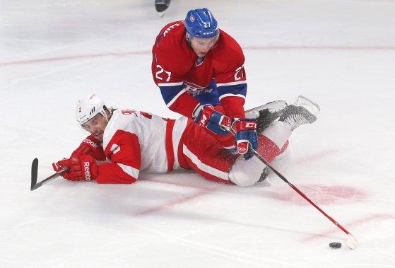 Brendan Smith se bat avec l'attaquant du Canadien Alex Galchenyuk pour le contrôle de la rondelle. (Photo Jean-Yves Ahern, USA Today)