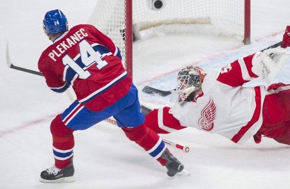 Le gardien Jonas Gustavsson étire de bâton pour frustrer l'attaquant du Canadien Tomas Plekanec. (Photo Graham Hughes, La Presse Canadienne)
