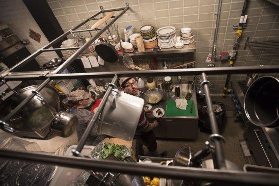 Le chef Christopher Parasiuk dans sa cuisine. (Photo Olivier Pontbriand, La Presse)