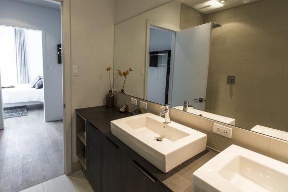 La salle de bains adjacente à la chambre principale est spacieuse. On traverse une penderie pour se rendre de l'une à l'autre. (Photo Olivier Pontbriand, La Presse)