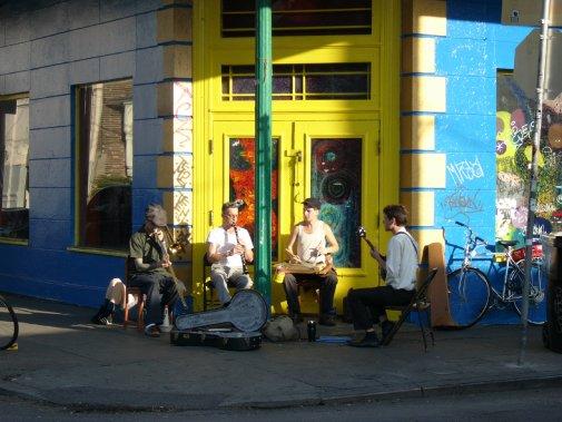 Ambiance typique, concert improvisé, rue Frenchmen. (Photo Simon Chabot, Archives La Presse)