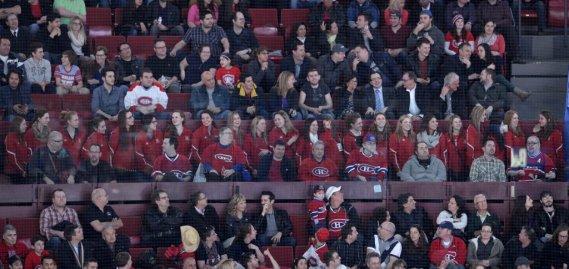 Dans les gradins, les Martlets de McGill, qui ont remporté le championnat de hockey féminin. (Photo Bernard Brault, La Presse)
