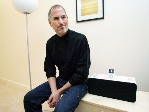 Steve Jobs était connu pour ses tenues composées d'un simple col roulé noir et de jeans bleus. (Photo Lou Dematteis, Archives Reuters)
