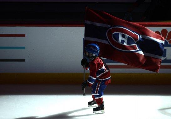 Un jeune partisan transporte le drapeau du Canadien durant les cérémonies d'avant-match. (Photo Bernard Brault, La Presse)