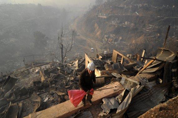Les flammes se sont propagées à une grande rapidité à cause de la chaleur qui règne dans la région et des vents forts, gagnant les 44 collines surplombant cette ville de 270 000 habitants. (Photo SEBASTIAN VILLAROEL, AFP)