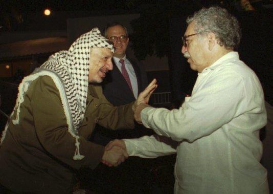 Le leader de l'Organisation de libération de la Palestine, feu Yasser Arafat, salue García Márquez lors de la fermeture du sommet des pays non alignés, à Cartagène des Indes, en Colombie, en 1995. (Photo ROGER RICHARDS, AP)