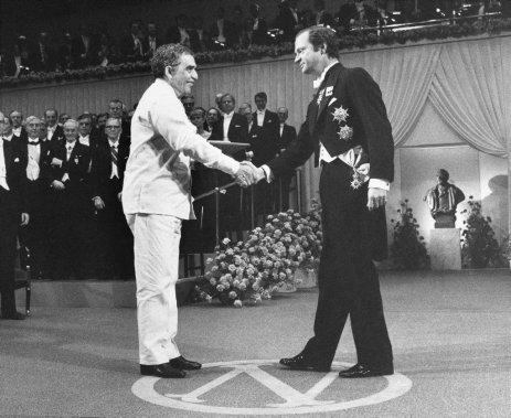 Le 8 décembre 1982, Gabriel García Márquez reçoit le prix Nobel du roi Carl Gustaf, à tockholm. (Photo BJorn Elgstrand, AP)