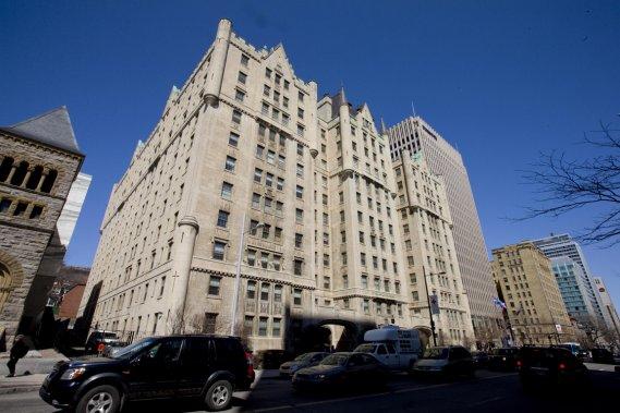 L'immeuble ne porte pas le nom de Château pour rien: ce style a été fort populaire au début du siècle dernier, surtout dans le domaine hôtelier. L'édifice de 12 étages, recouvert de pierre Tyndall du Manitoba, est l'œuvre d'une firme d'architectes alors de premier plan qui a aussi signé le magasin Holt Renfrew. (Photo Alain Roberge, La Presse)