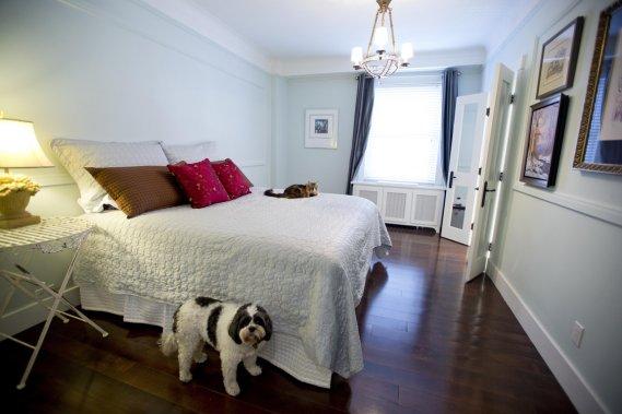 La chambre principale a déjà commencé à perdre son mobilier au profit de la prochaine résidence: le chien et l'un des deux chats de la maison semblent monter le guet sans succès. Le parquet en érable a été refait lors de l'acquisition du condo et habille tous les sols. (Photo Alain Roberge, La Presse)