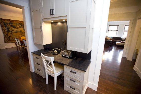 Entre la cuisine et la salle à manger, il y avait jadis la chambre de bonne, on a reconfiguré l'espace pour créer un coin où madame peut consulter ses recettes et préparer ses menus. À l'arrière, on a pu aménager une salle de lavage et une salle de bains. (Photo Alain Roberge, La Presse)