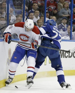 Michael Bournival, du Canadien, se bat avec le défenseur Victor Hedman. (Photo Chris O'Meara, AP)