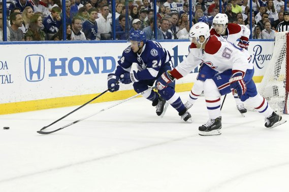 Ryan Callahan, du Lightning, tente de battre Max Pacioretty de vitesse pour avoir le contrôle de la rondelle. (Photo Kim Klement, USA Today)