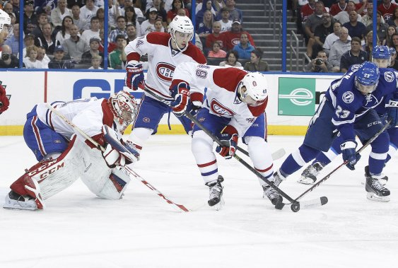 Michael Bournival (49) enlève la rondelle au joueur du Lightning J.T. Brown. (Photo Kim Klement, USA Today)
