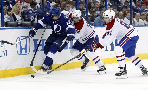 Alex Killorn tente de distancer le défenseur du Canadien Alexei Emelin. (Photo Kim Klement, USA Today)